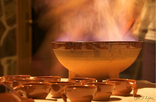 Preparación de la tradicional Queimada