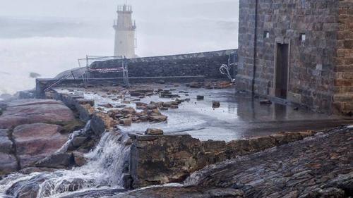 virgen de la barca muro derruido por el mar